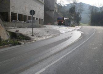 Carretera recien asfaltada pero sucia