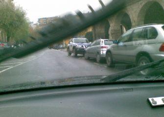 Coches de ertzaina mal aparcados