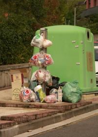 Con la basura a cuestas