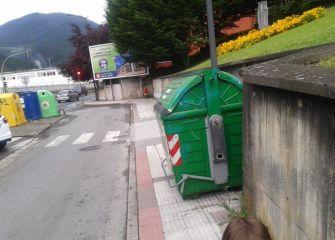 Contenedor de basuras en la acera