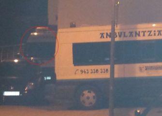 Dos ambulancias fuera de servicio aparcadas en el mismo barrio (una de ellas encima de la acera)