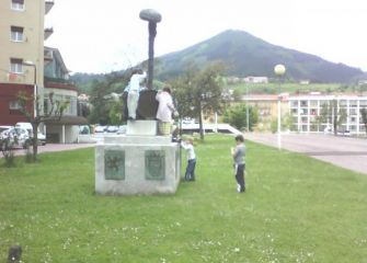 ¿Estatua o parque infantil?