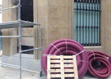 Ventana rebajada en un edificio protegido