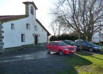 La ermita de Santiagomendi repleta de coches