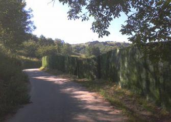 Muro de plástico en el Parque Natural del Pagoeta. Aia.  ¡Una pena!