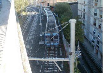 Trenes en marcha estacionados frente a nuestras viviendas en Paseo de Urkizu, Eibar.