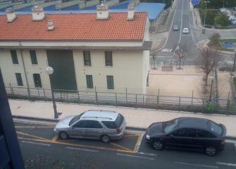 Vehiculo en zona amarilla interrumpe entrada/salida garaje en Lasarte- Oria c/zelaialde 17 19 21