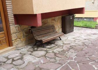 Bancos sin atar de un sitio para otro en el parque.