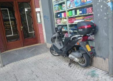 moto en entrada portal