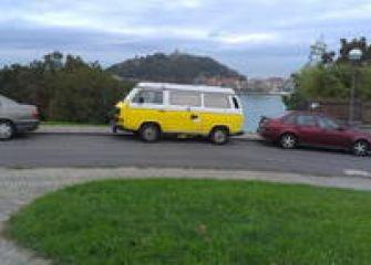 Alquilan una furgoneta aparcada en San Sebastián para que la gente duerma