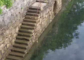 Escaleras de acceso al río  la altura del puente Mundaiz