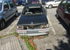 Parking universidad vehículo sin matricula