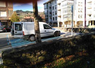 Vehiculo del Ayuntamiento aparca en plaza de Minusvalidos