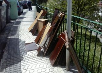 Muebles encima de la acera