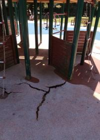 Deterioro del pavimento anti-golpes del Parque de Araba
