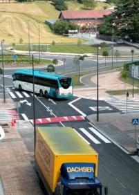 Autobuses que invaden el otro carril