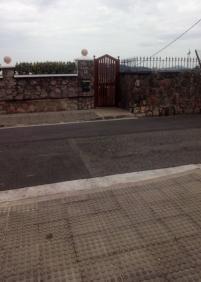 Faltan   por pintar desde  hace  años  las  líneas  blancas  del paso  de cebra   en  Duque  de  Baena  41 de Donostia