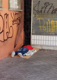 Siguen utilizando el porche de la Plaza del Sauce para dormir