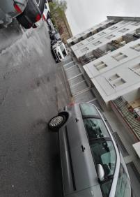 Coches mal aparcados alrededor del polideportivo