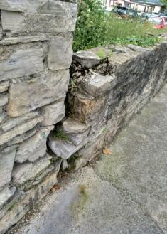 Muro a punto de caerse