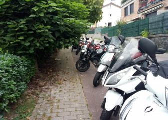 Poda y motos en el campo de fútbol de Puio