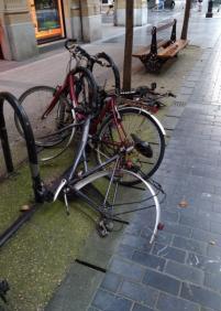 Bicicletas achatarradas decorando la ciudad