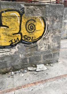 Losetas de piedra que caen de un muro