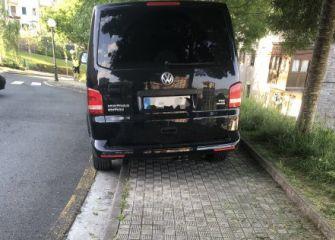 Coche aparcado en medio de una acera