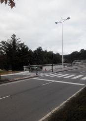 Barreras señalizadoras abandonadas después de terminar la obra de los semáforos en vial de Izotegi