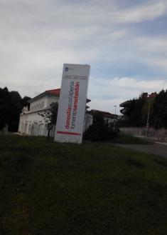 Mega Cartel señalizador de la Oficina Municipal de  Fomento de Donostia: Es desmesurado y rompe la armonía urbanística