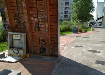 Caja de registro abierta en parque infantil