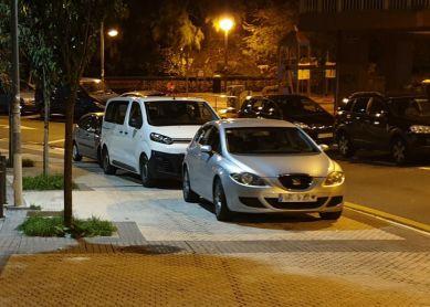 Acera como aparcamiento continuo