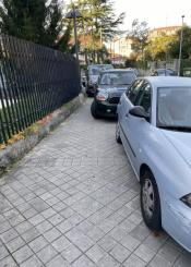 Coches aparcando en la acera usuarios tener que pasar por la carretera!